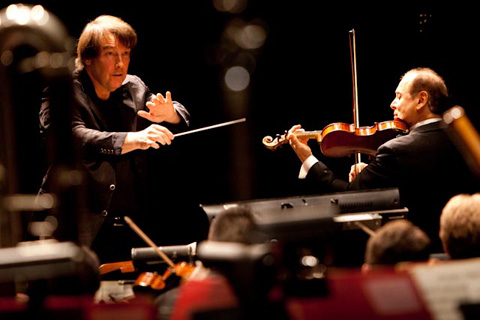 David Newman conducts the American Youth Symphony with soloist Alexander Treger in Mendelssohn's Violin Concerto. (Photo by Philip Holahan.)